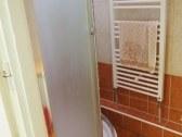 Kúpeľňa so sprchovacím kútom + umývadlo